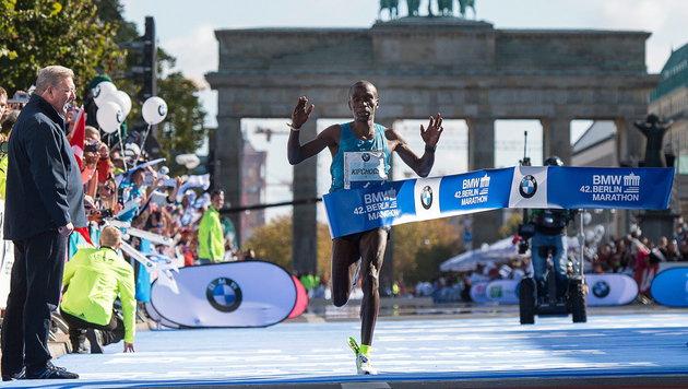 Kipchoge gewinnt Berlin-Marathon in starken 2:04 h (Bild: APA/EPA/BERND VON JUTRCZENKA)