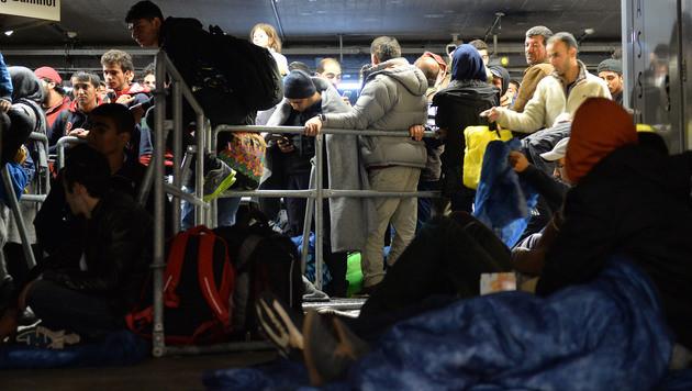 Flüchtlinge am Bahnhof in Salzburg (Bild: AP)