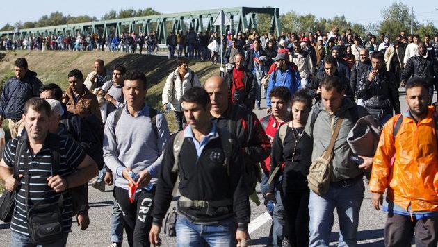 Ungarische Polizei verhindert Marsch nach Budapest (Bild: APA/EPA/Gyorgy Varga (Symbolbild))