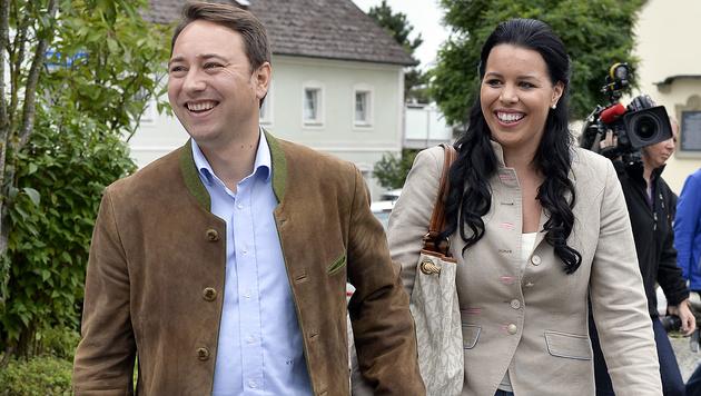 FPÖ-Spitzenkandidat Manfred Haimbuchner mit Ehefrau Annette (Bild: APA/Herbert Neubauer)