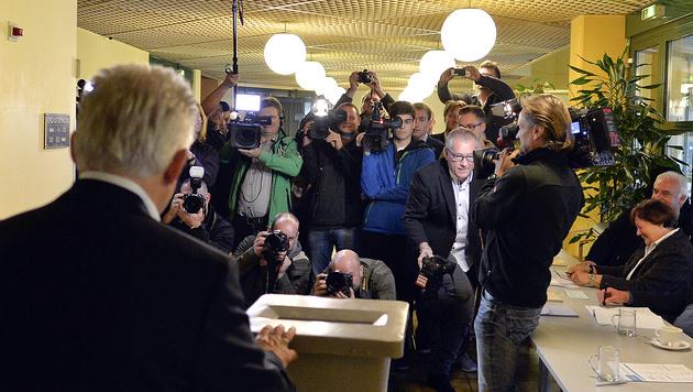 LH Josef Pühringer bei der Stimmabgabe in Traun (Bild: APA/Herbert Neubauer)