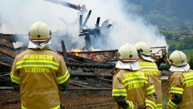 Die Feuerwehrleute von St. Veit kämpften stundenlang gegen den Großbrand an. (Bild: Gerhard Schiel)