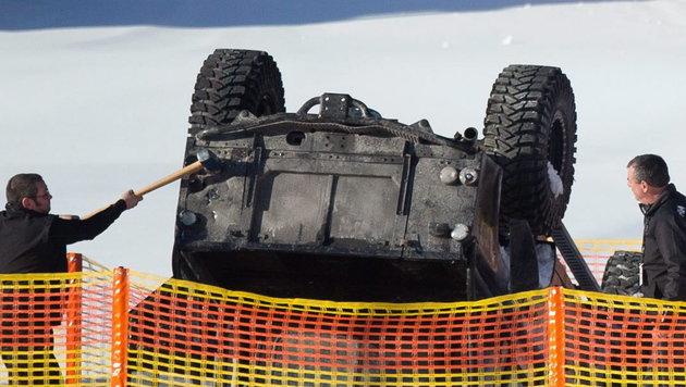 Letzte Vorbereitungen bei den Dreharbeiten in Tirol, dann geht der Land Rover in Flammen auf. (Bild: APA/EPA/EXPA / JOHANN GRODER)