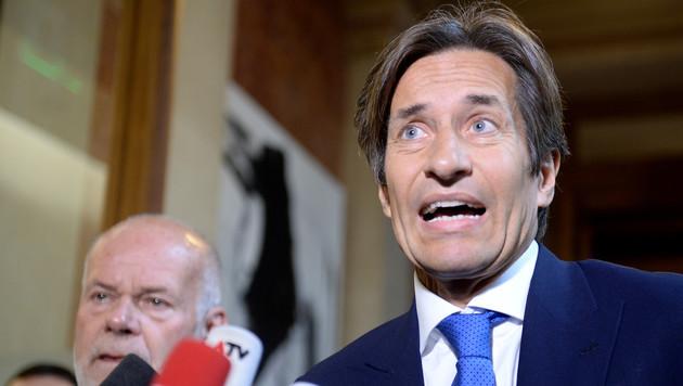 Karl-Heinz Grasser trat vor seinem Auftritt im U-Ausschuss vor die Presse. (Bild: APA/ROLAND SCHLAGER)