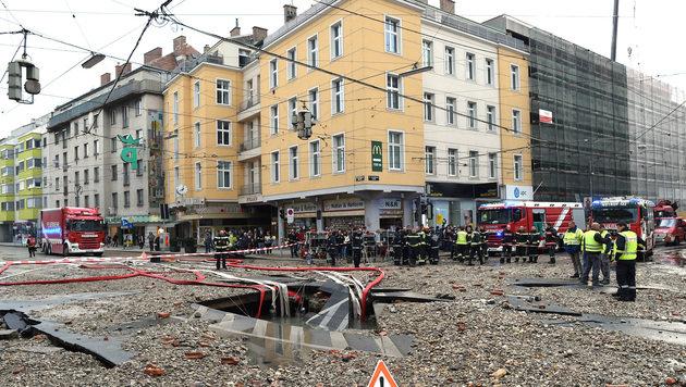 Rohrbruch in Wien-Floridsdorf legt Verkehr lahm (Bild: APA/HERBERT P. OCZERET)
