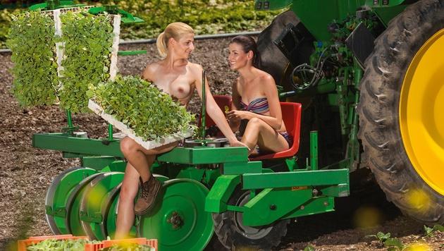 Juni: Birgit und Elisabeth aus der Steiermark (Bild: Angelo Lair/Jungbauernkalender)
