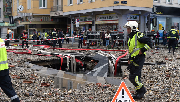 Wasserrohrbruch in Wien: Reparaturarbeiten beendet (Bild: APA/HERBERT P. OCZERET)