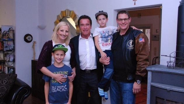 Spezln: Schwarzenegger bei Fotokünstler Krainer und dessen Familie in Graz. (Bild: Privat)