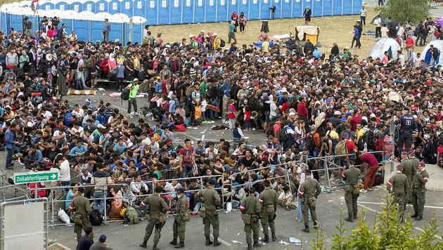 Flüchtlingsankunft an der österreichisch-ungarischen Grenze bei Heiligenkreuz am 19. September (Bild: APA/ERWIN SCHERIAU)