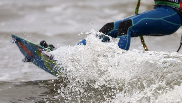 Kitesurfer prallt mit Kopf gegen Masten - tot (Bild: dpa/Malte Christians (Symbolbild))