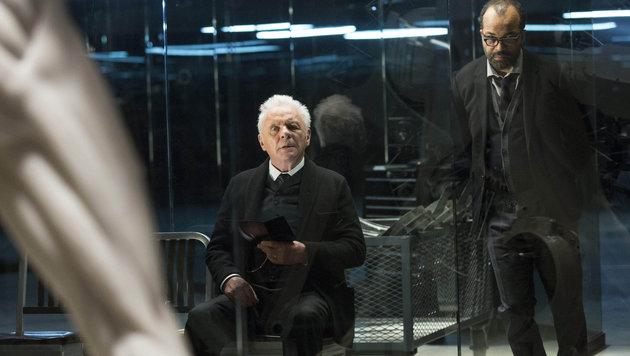 """Anthony Hopkins und Jeffrey Wright in einer Szene der HBO-Serie """"Westworld"""". (Bild: Viennareport)"""