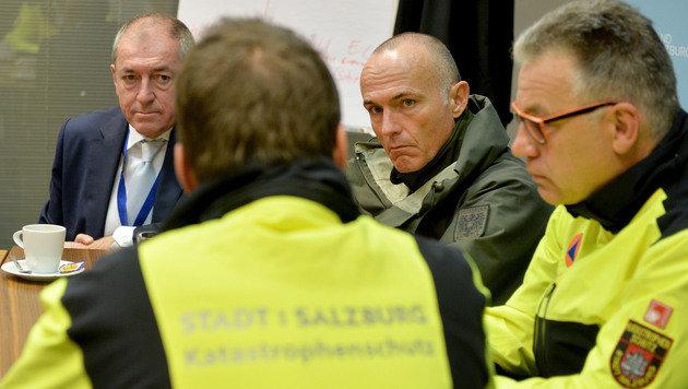 Verteidigungsminister Klug machte sich am Salzburger Bahnhof ein Bild vom Assistenzeinsatz. (Bild: APA/BARBARA GINDL)