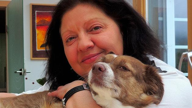 """Rosmarie Poskocil, Therapiehund """"Maja"""" kümmern sich um Menschen, die besondere Zuwendung brauchen. (Bild: Rosmarie Poskocil)"""