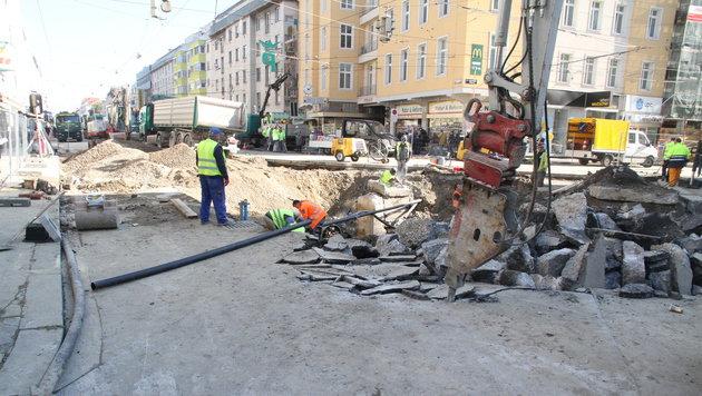 Wien: Aufräumarbeiten nach Rohrbruch im Gange (Bild: ANDI SCHIEL)