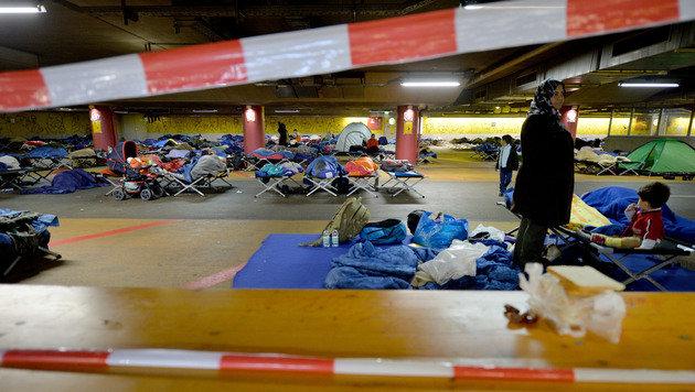 Flüchtlingsquartier am Salzburger Bahnhof (Bild: APA/BARBARA GINDL)