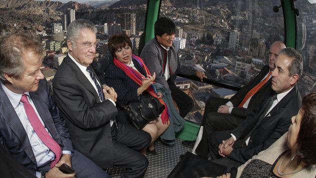 Bundespräsident Fischer und Amtskollege Morales testeten auch die neue Seilbahn über La Paz. (Bild: APA/BUNDESHEER/PETER LECHNER)