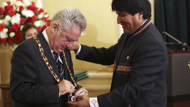 """Präsident Morales verleiht Amtskollegen Fischer den """"Orden des Kondors der Anden"""". (Bild: AP)"""
