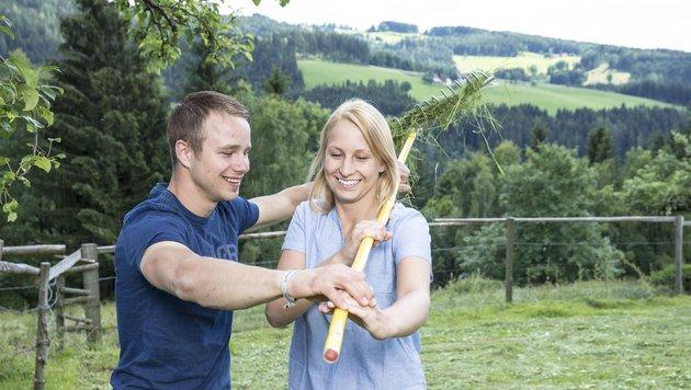 Roman und Vicky bei Heumachen (Bild: ATV/ERNST KAINERSTORFER)