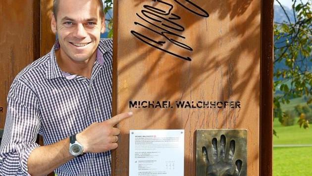Hotelier und Abfahrts-Ikone Michael Walchhofer bei seiner Stelle inklusive Handabdruck. (Bild: Gerhard Schiel)