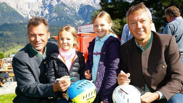 Hannes Trinkl und Fritz Strobl geben Ronja und Mirja Helm-Autogramme. (Bild: Gerhard Schiel)