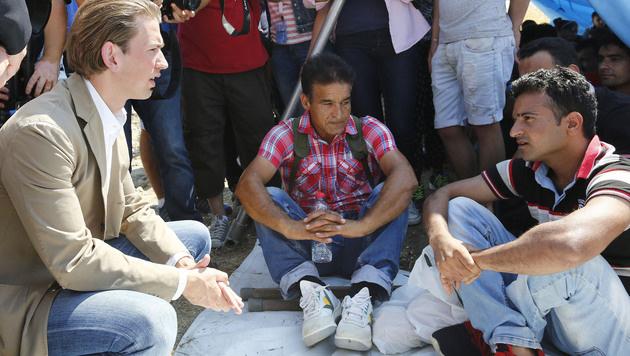 Außenminister Kurz im Gespräch mit Migranten (Bild: APA/AUSSENMINISTERIUM/DRAGAN TATIC)