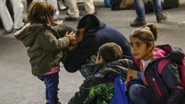 Eine rührende Geste: Das Flüchtlingskind versucht seinen verzweifelten Vater zu trösten. (Bild: Markus Tschepp)