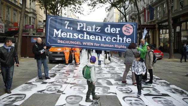 Rutschiger Foto-Teppich in Wien: Mehrere Verletzte (Bild: Reinhard Holl)