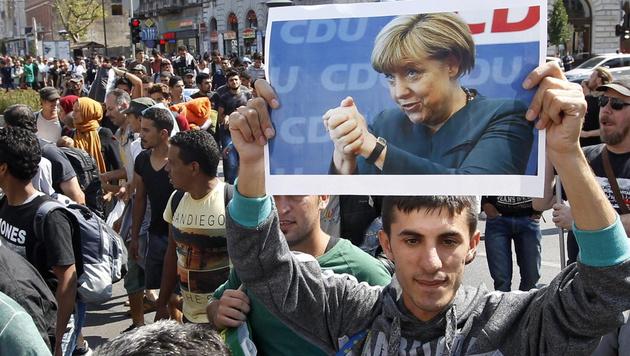 Brandbrief an Merkel wegen Flüchtlingsandrang (Bild: APA/EPA/ZSOLT SZIGETVARY)