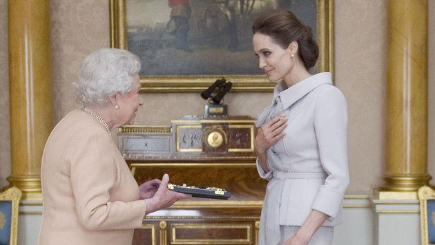 """Queen Elizabeth II. machte Jolie 2014 für ihren Einsatz gegen sexuelle Gewalt zur """"Ehren-Dame"""". (Bild: Ap)"""