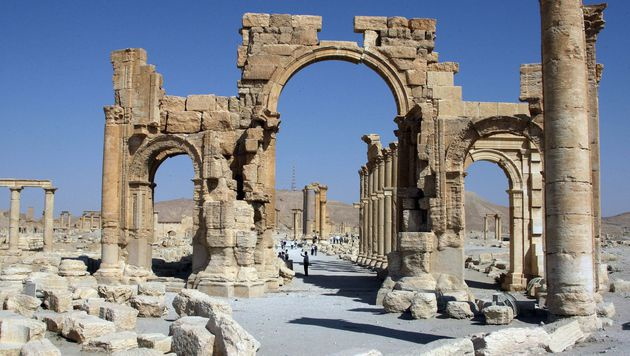 So sah der Triumphbogen aus, bevor der IS in Palmyra wütete. (Bild: APA/AFP/STR)