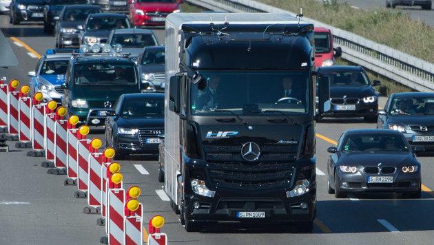 Daimler muss eine Milliarde Euro Strafe zahlen (Bild: APA/EPA/MARIJAN MURAT)