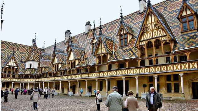 Das Hotel Dieu in Beaune: Aus dem früheren Spital wurde ein Museum. (Bild: Eva Lehner)