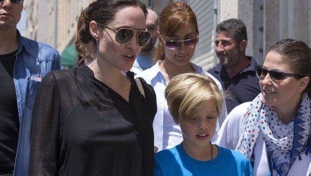 Angelina Jolie mit Tochter Shiloh beim Besuch syrischer Flüchtlinge in einem Camp in der Türkei (Bild: Viennareport)