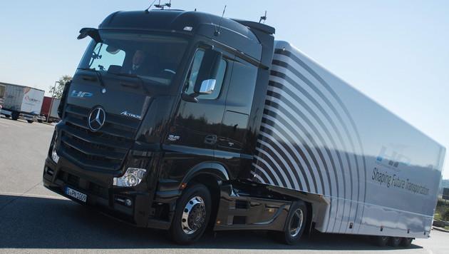 """""""Selbstfahrender"""" Lkw absolvierte Autobahntour (Bild: APA/EPA/MARIJAN MURAT)"""