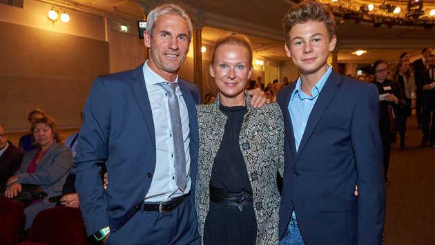 Ganz stolz waren Papa Michi Konsel, Mama Tina und Bruder Moritz auf ihren singenden Valentin. îAEA (Bild: Starpix/Alexander TUMA)