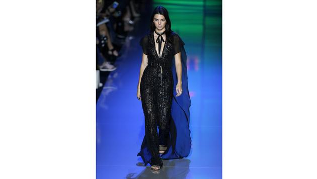 Auch für Elie Saab war Kendall Jenner in Paris zu sehen. (Bild: APA/EPA/IAN LANGSDON)
