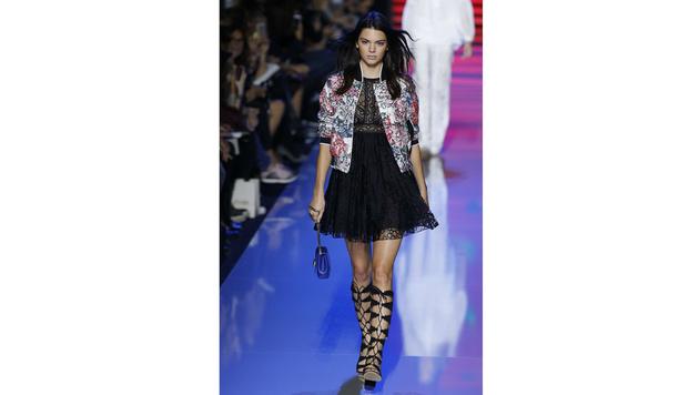 Kendall Jenner bei der Show von Elie Saab (Bild: APA/AFP/FRANCOIS GUILLOT)