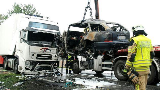 Kollision mit Lkw - Autofahrer verbrennt in Wrack (Bild: APA/PRESSESTELLE BFK MÖDLING/HERBERT WIMMER)