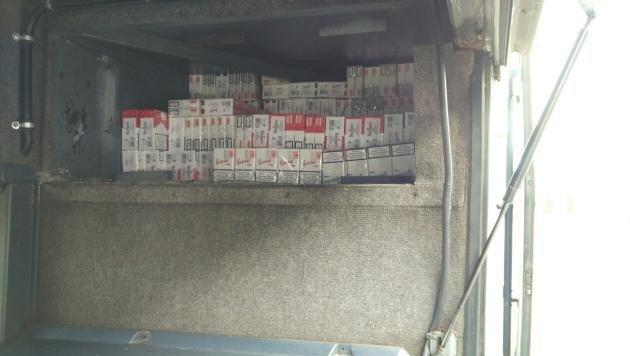 Unter den vorderen Kotflügeln entdeckten die Zollbeamten insgesamt 4280 Packungen Zigaretten. (Bild: Polizei)