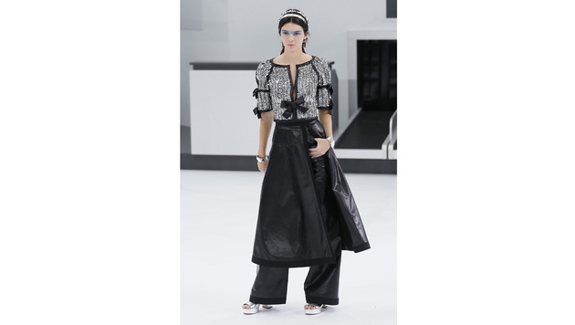 In Paris lief Kendall Jenner daher für Chanel über den Catwalk. (Bild: APA/EPA/IAN LANGSDON)