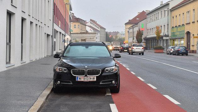 Selbst wenn der Lenker sein Auto ganz nah am Randstein parkt, ragt der Pkw in den Radweg hinein. (Bild: Patrick Huber)