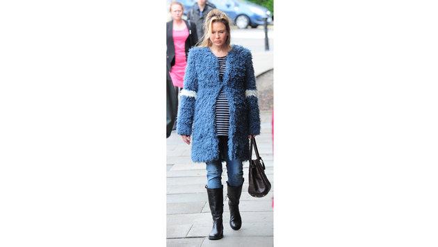 Im Kuschelmantel, unter dem sich deutlich ihr Bauch wölbt, stiefelt Bridget Jones durch London. (Bild: Viennareport)
