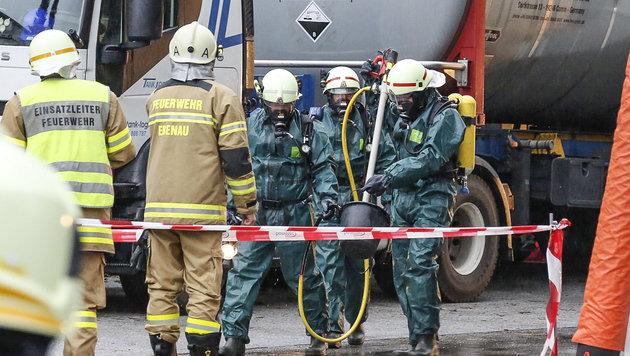 Die Einsatzkräfte mussten mit Atemschutz und Spezialausrüstung anrücken. (Bild: MARKUS TSCHEPP)