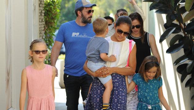 Ben Affleck und Jennifer Garner (im Hintergrund) mit ihren Kindern und der neuen Nanny (Bild: Viennareport)