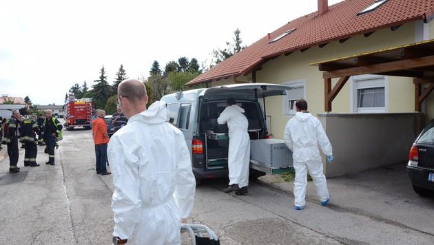 Tatortermittler sichern Spuren im Einfamilienhaus. (Bild: Thomas Lenger)