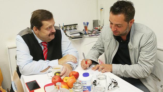 """Werner Gruber im Gespräch mit """"Krone""""-Redakteur Oliver Papacek (Bild: Peter Tomschi)"""