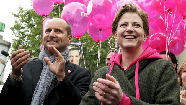 Strolz und Meinl-Reisinger bei der Abschlusskundgebung (Bild: APA/HERBERT PFARRHOFER)