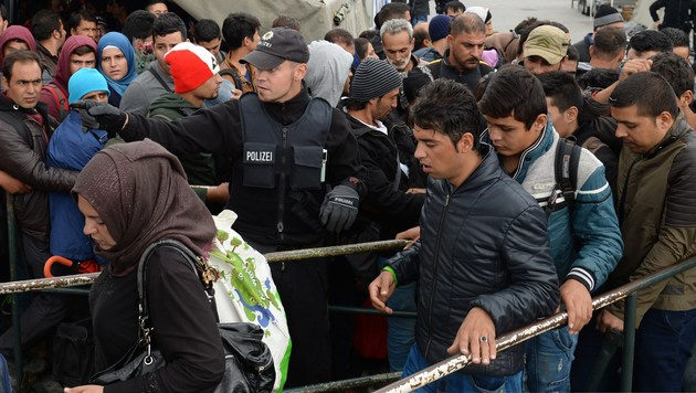 Fl�chtlinge an der deutsch-�sterreichischen Grenze (Bild: APA/AFP/CHRISTOF STACHE)