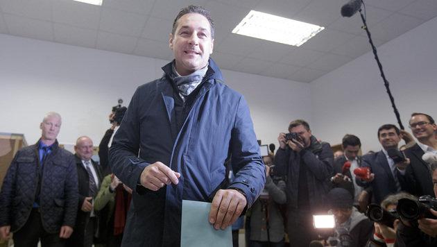 FPÖ-Obmann Strache bei der Stimmabgabe (Bild: APA/Georg Hochmuth)