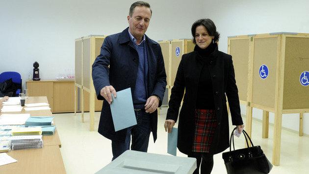 ÖVP-Chef Juraczka mit Ehefrau bei der Stimmabgabe (Bild: APA/Herbert Pfarrhofer)